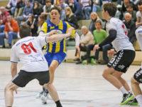 IMG_7875_Holger Nuber(81,li.,HSG);Kevin Langjahr (am Ball, HCN); Steffen Kinsch(3. v. li.,HSG)