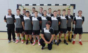 Männliche B-Jugend mit neuen Trikots und Poloshirts